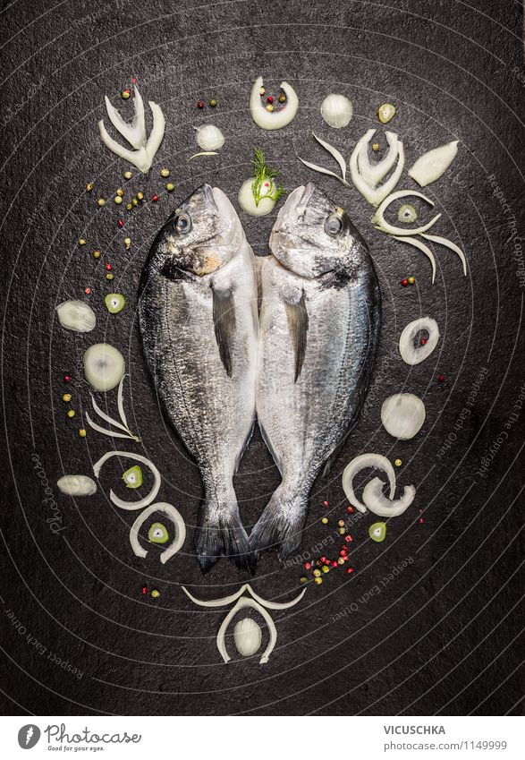 Dorado Fisch beschmückt mit Zwiebelscheiben Festessen Stil Design Gesunde Ernährung Leben Tisch Küche Restaurant Hintergrundbild Protein roh Essen