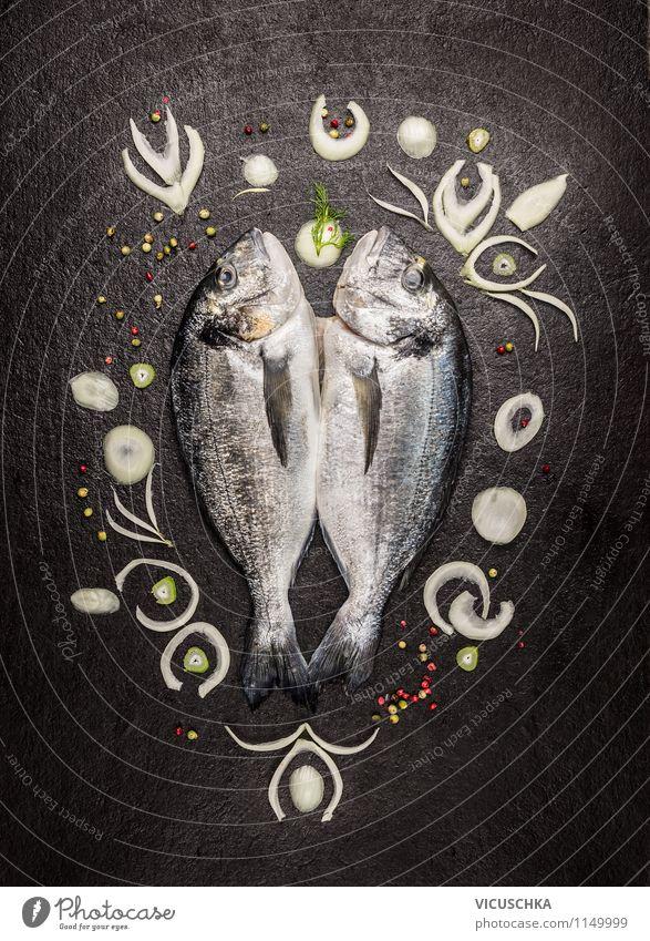 Dorado Fisch beschmückt mit Zwiebelscheiben Gesunde Ernährung schwarz Leben Stil Essen Hintergrundbild Foodfotografie Lebensmittel Design Tisch