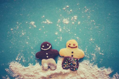 Multi-Kulti Kind blau Weihnachten & Advent Speise Foodfotografie lachen Feste & Feiern Paar Zusammensein Freundschaft Freizeit & Hobby Fröhlichkeit paarweise