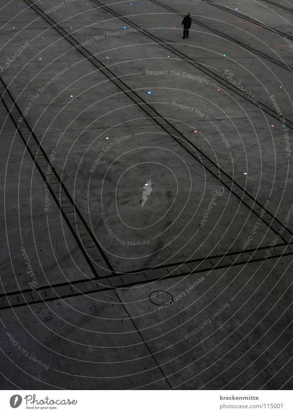 umnachtet Platz Überqueren gehen Turbinenplatz Richtung Abend verdunkeln Nacht Fußgänger Lampe Stadt Verkehrswege Linie laufen Einsamkeit Zürich einzelkämper