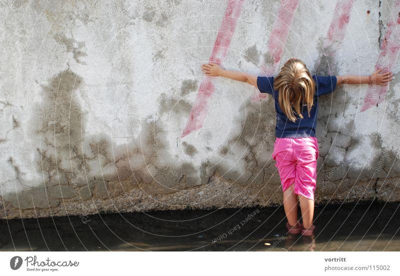 gegen die wand Mensch Kind Wasser Ferien & Urlaub & Reisen Mädchen Sommer Wand Stil Kunst Hintergrundbild Rücken rosa Beton stehen Streifen Italien