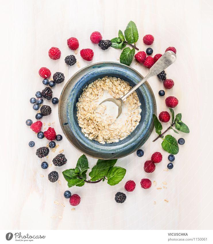 Gesundes Frühstück - Haferflocken mit Milch und Beeren Lebensmittel Milcherzeugnisse Frucht Getreide Kräuter & Gewürze Ernährung Bioprodukte