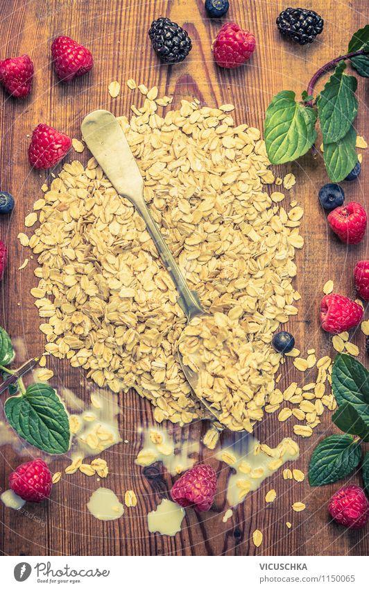 Haferflocken mit Beeren, Minze und alte Löffel. Sommer Gesunde Ernährung Leben Essen Stil Lebensmittel Design Frucht Tisch retro Fitness Küche Bioprodukte
