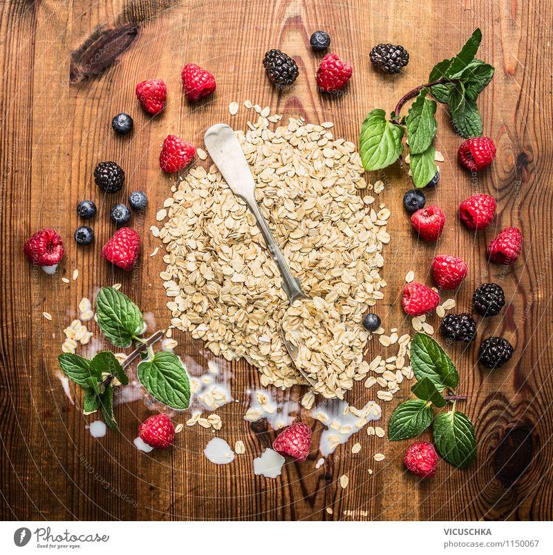 Haferflocken mit Beeren und Löffel Lebensmittel Milcherzeugnisse Frucht Getreide Dessert Ernährung Frühstück Bioprodukte Vegetarische Ernährung Diät Stil Design