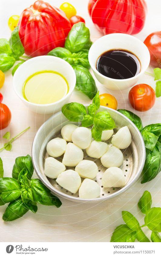 Frische Tomaten, Mozzarella und Basilikum Lebensmittel Gemüse Salat Salatbeilage Kräuter & Gewürze Öl Mittagessen Büffet Brunch Picknick Bioprodukte
