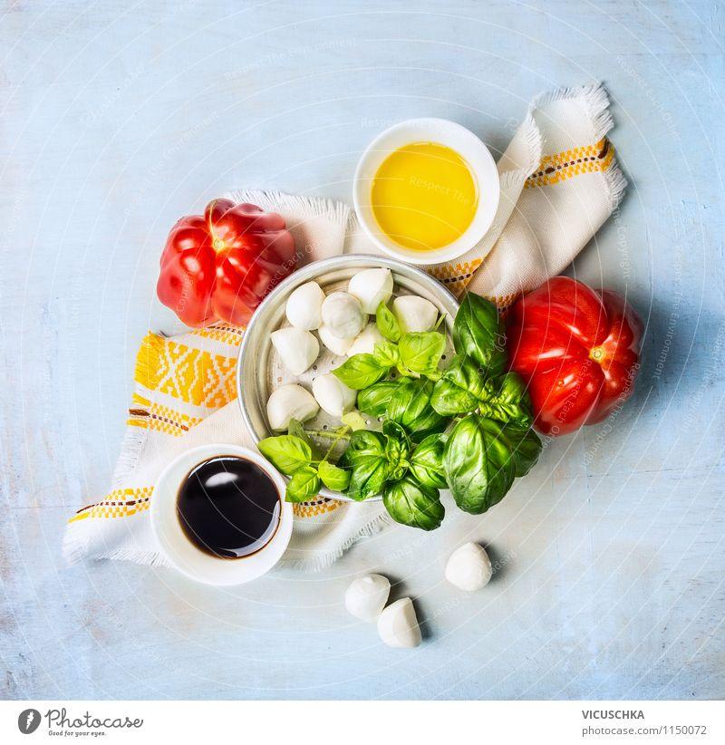 Tomaten und Mozzarella Salat machen - Zutaten Lebensmittel Käse Milcherzeugnisse Gemüse Salatbeilage Kräuter & Gewürze Öl Ernährung Mittagessen Bioprodukte