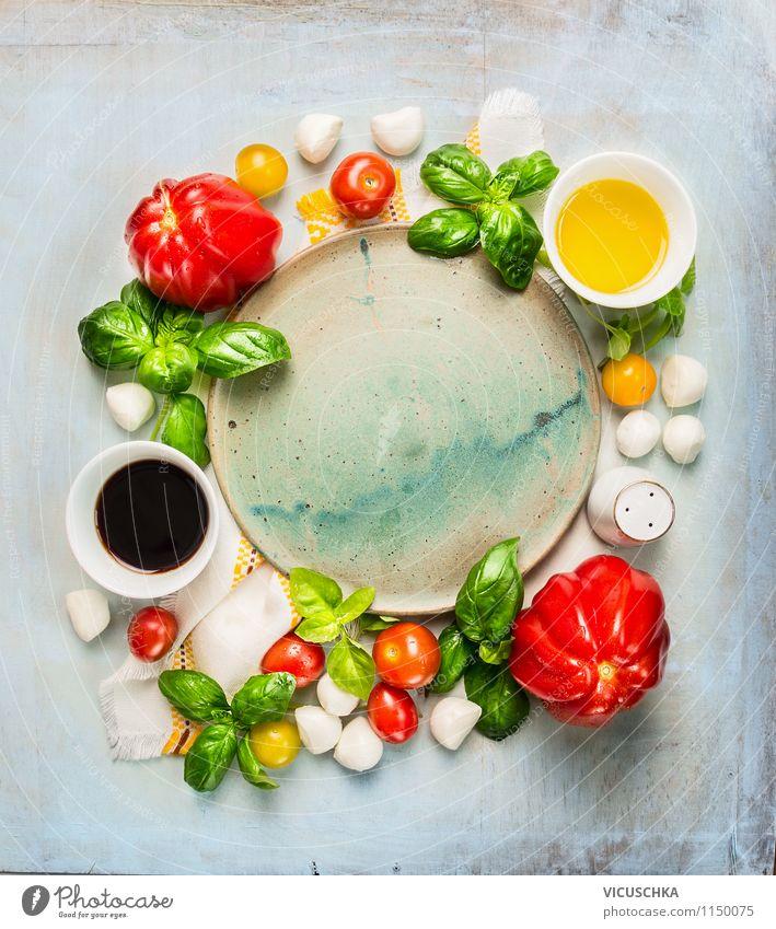 Leere Teller mit Tomaten und Mozzarella Zutaten Lebensmittel Käse Milcherzeugnisse Gemüse Kräuter & Gewürze Öl Ernährung Mittagessen Festessen Bioprodukte