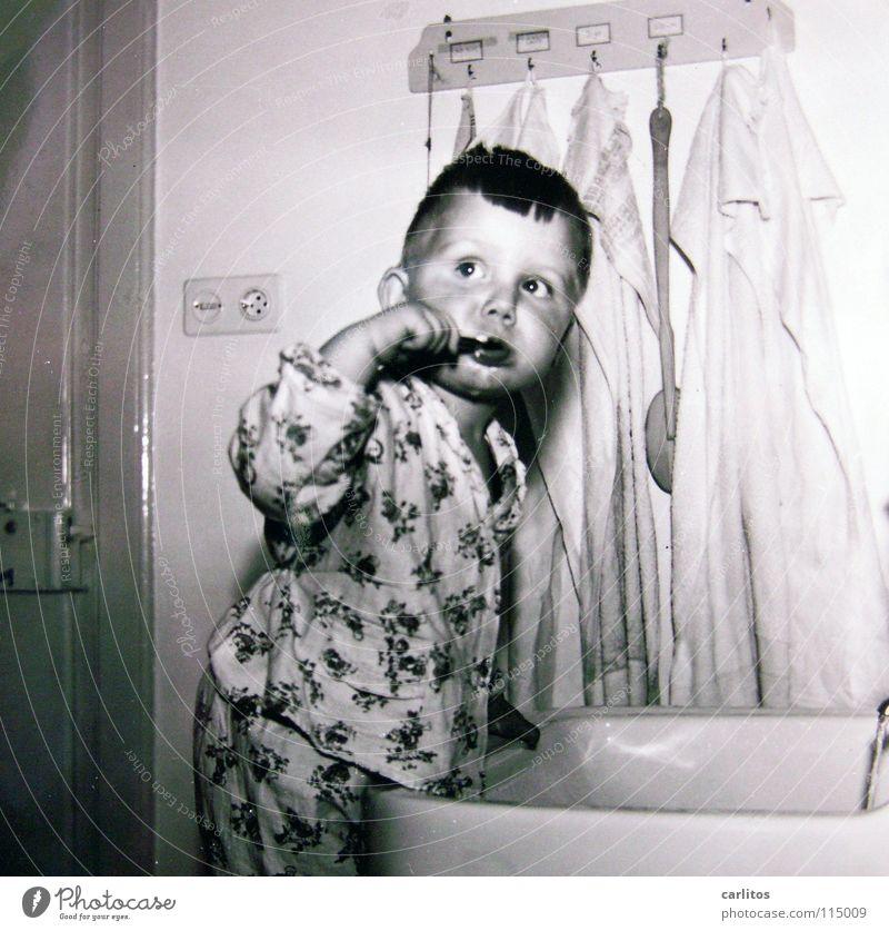 damals war's Kind Gesundheit Deutschland Bad Gastronomie Kleinkind Mittelformat Fünfziger Jahre Erneuerung Zahnpflege Wirtschaftswunder