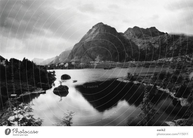 Sørvågen, Lofoten Himmel Natur Wasser Landschaft Wolken Haus Ferne dunkel Berge u. Gebirge Küste grau See oben Felsen Wetter Spitze
