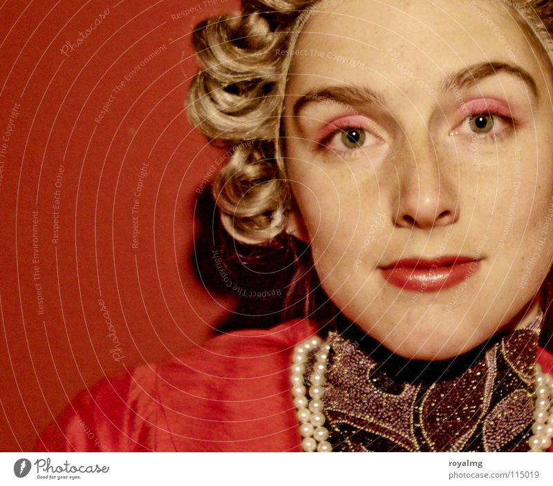 Mademoiselle Fräulein Frau rot Lippen Perlenkette Perücke Porträt Schminke weich schön Karneval Reichtum Dame queen edel Locken Auge Gesicht