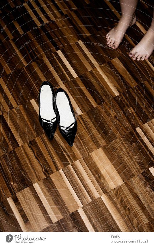 shoe-ting Schuhe Damenschuhe Zehen Parkett Laminat Holzfußboden Streifen Muster dunkel braun Wohnzimmer high heels Fuß Bodenbelag Kontrast shoes