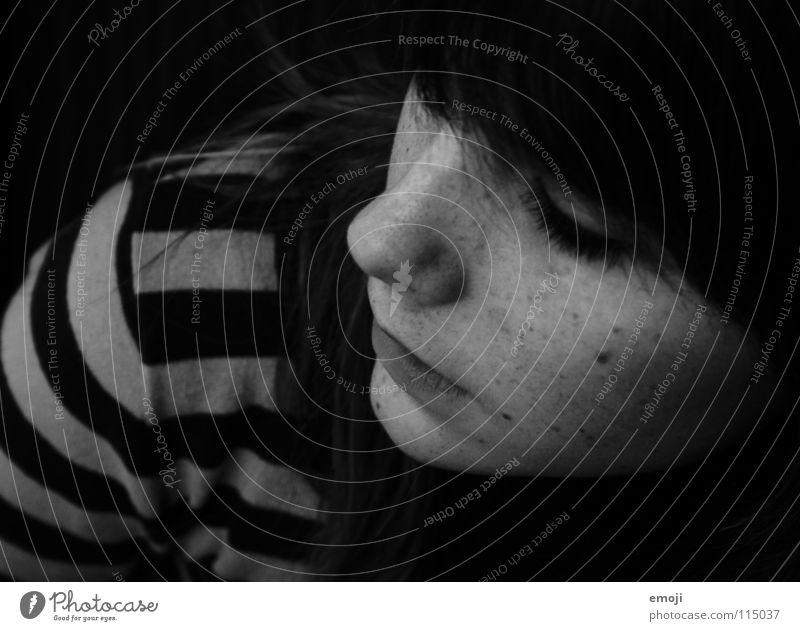 Janine Sommersprossen schwarz weiß grau trist Denken Pullover gestreift Frau Vogelperspektive Porträt feminin Jugendliche schön Trauer Gedanke Verzweiflung rein