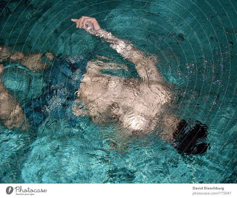 Das nicht untergehende Händchen Jugendliche Erwachsene Schwimmen & Baden einzeln Schwimmbad tauchen sportlich türkis Wasseroberfläche Wasserwirbel 1 Mensch Männerrücken Ein junger erwachsener Mann Ein Mann allein