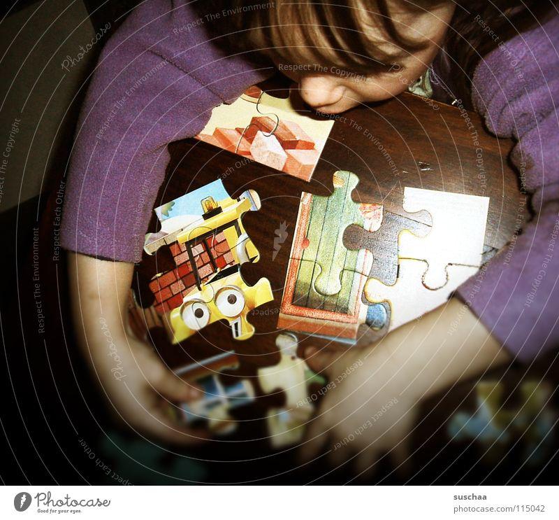 puzzeln auf emeliesch .. Kleinkind Spielen Puzzle Tisch Hand Konzentration anstrengen Arme zusammensetzen Bild Gesicht Pony Freude