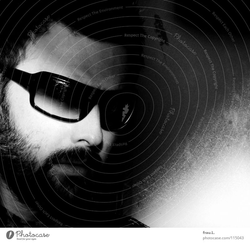 Sonnenbrille Mann Brille Sonnenlicht attraktiv maskulin Bart geheimnisvoll Porträt Wand Oberlippenbart Mensch Schwarzweißfoto typisch Gesicht