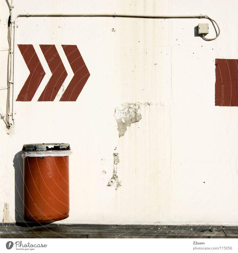 garagenschmuck Garage Tiefgarage Schmuck Müllbehälter Steckdose Symbole & Metaphern Eimer rot kaputt schädlich verfallen Wand Leitsystem parken Parkdeck