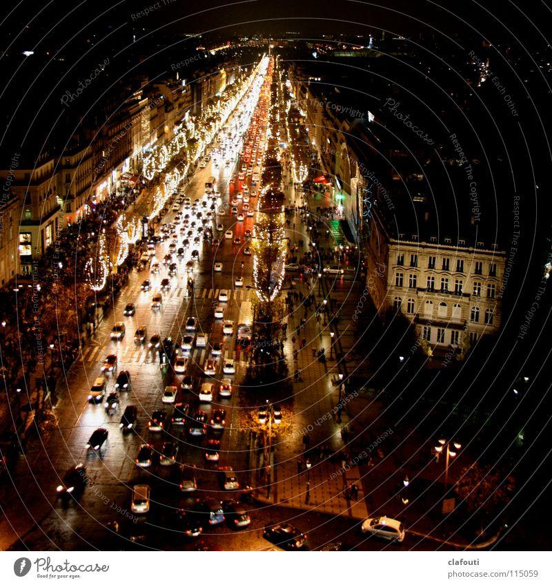 Champs-Élysées bei Nacht Farbfoto Außenaufnahme Licht Vogelperspektive Paris Frankreich Hauptstadt Stadtzentrum Fußgängerzone bevölkert Verkehrswege PKW Fernweh