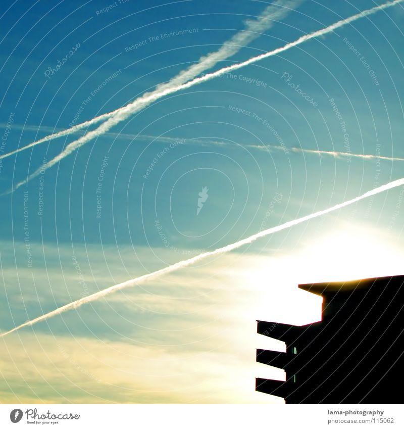 Quelle des Lichts Sonnenlicht Gegenlicht Sonnenstrahlen Kondensstreifen Flugzeug Streifen Wolken Abgas Ozon Ozonschicht Ozonloch Luftverschmutzung Umwelt