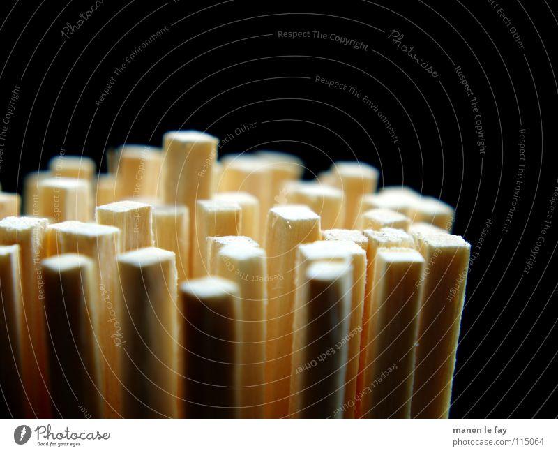 Brennstäbe schwarz weiß Streichholz Physik Schwefel Makroaufnahme Nahaufnahme obskur Kaminhölzer Brand Wärme Flamme Holz vor der Hütte