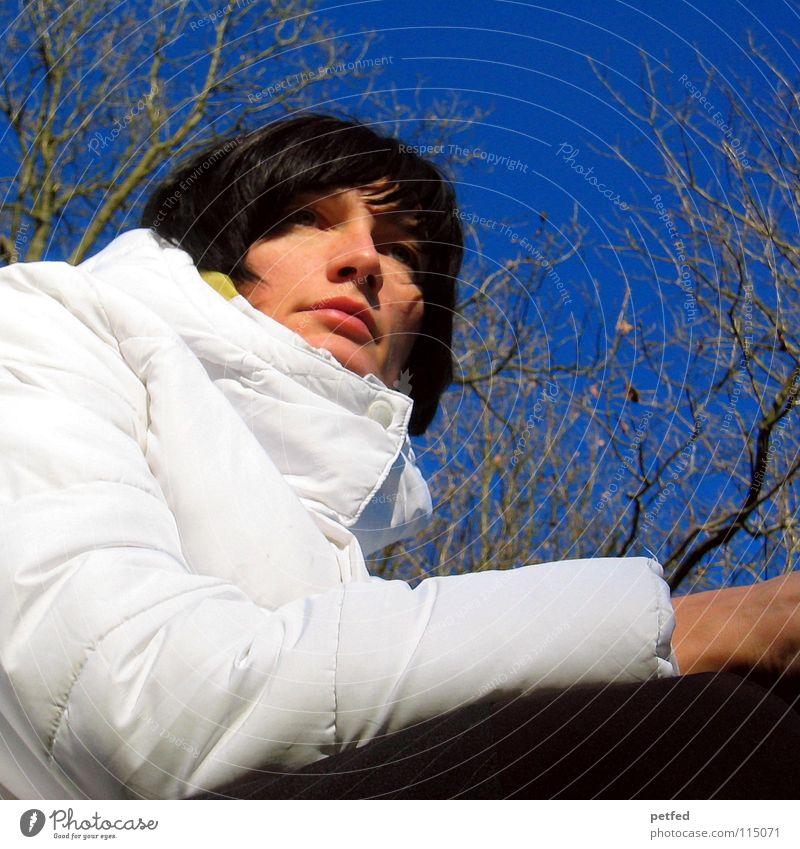 Wann kommt er? Frau Mensch Himmel blau weiß Baum schön Winter kalt Gefühle Wärme Wetter warten Physik Sehnsucht Jacke