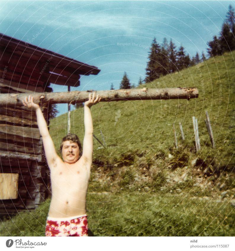 Ach damals... (1) Sommer Ferien & Urlaub & Reisen Holz Mann Kerl stark Kraft Gleichgewicht nackt Badehose Blumenmuster Siebziger Jahre Hippie langhaarig