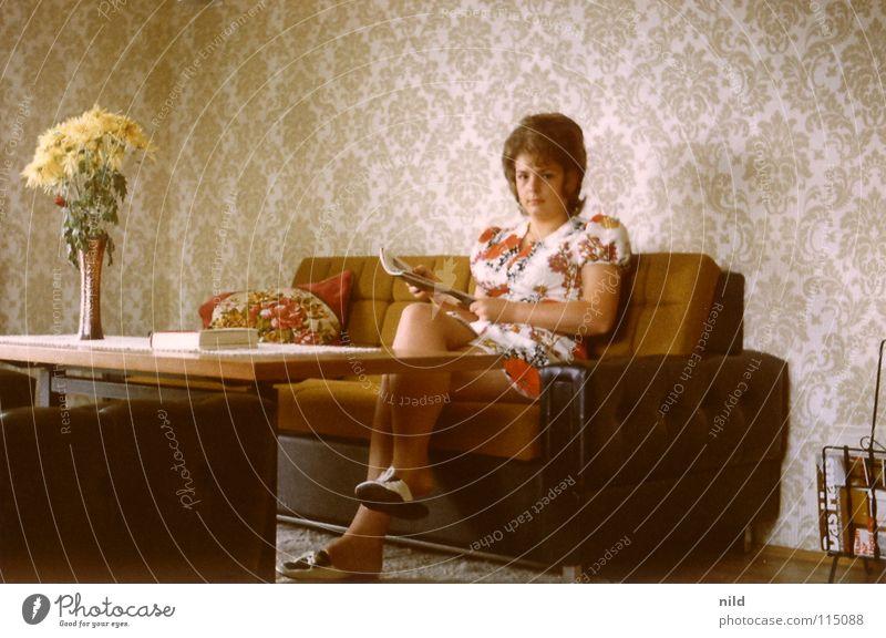 Ach damals... (2) Wohnung Siebziger Jahre Hippie Blumenmuster Tapete Blumenvase Stillleben geschmackvoll Frau Kleid Minirock Schlappen Haare & Frisuren Sofa