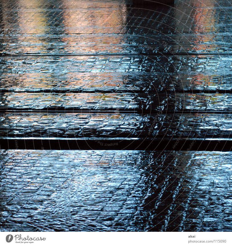 Freiburger Perspektiven 7 Stadt himmelblau Gleise Straßenbahn krumm Teer Sandstein Eisen Stahl Reflexion & Spiegelung nass Handwerk Verkehrswege Altstadt