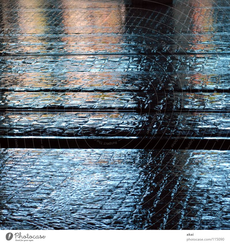 Freiburger Perspektiven 7 Wasser Stadt blau Stein Beleuchtung nass Verkehr Baustelle Gleise Stahl Handwerk Verkehrswege Kopfsteinpflaster Eisen Pflastersteine