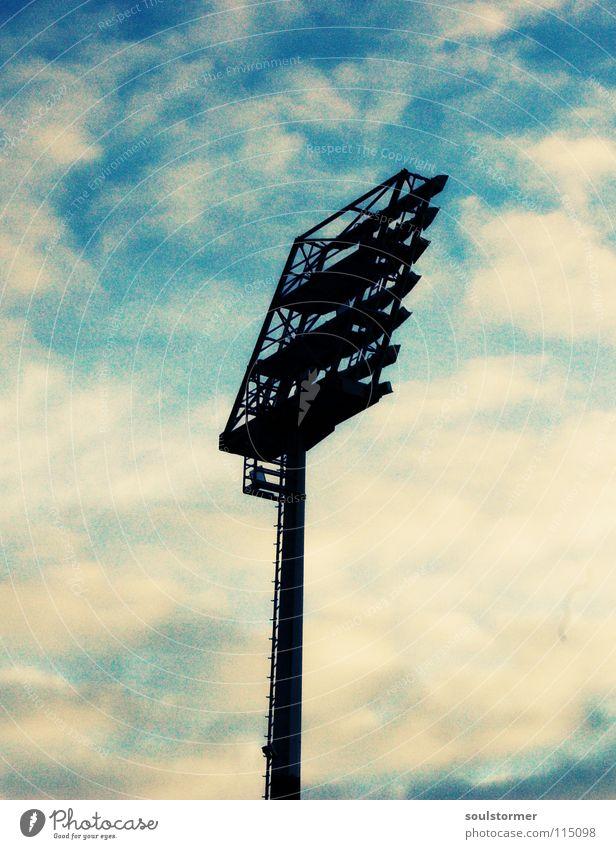 kleines Strahlerchen... Himmel blau weiß Wolken schwarz Lampe hell Mitte Scheinwerfer Stadion Ballsport Flutlicht Gelbstich Cross Processing Grünstich
