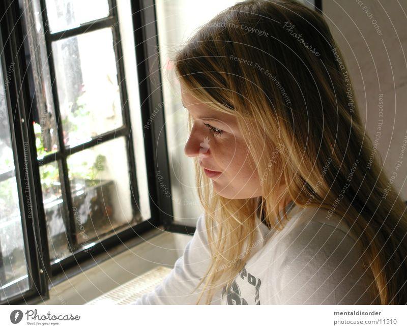 bitte nicht stören, ich träume Frau weiß Gesicht Auge Fenster Haare & Frisuren träumen blond Nase sitzen Gedanke Schulter