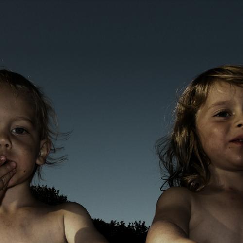 geschwisterbande Geschwister Bruder Schwester Kind Fröhlichkeit Zusammensein nackt klein wach Leben Spielen Ernährung dreckig Finger blond Mädchen Sommer