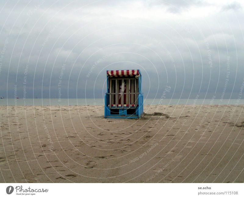 Ende der Saison Wasser Himmel Meer blau Strand Einsamkeit Sand Küste Stillleben Ostsee Strandkorb Darß Mecklenburg-Vorpommern