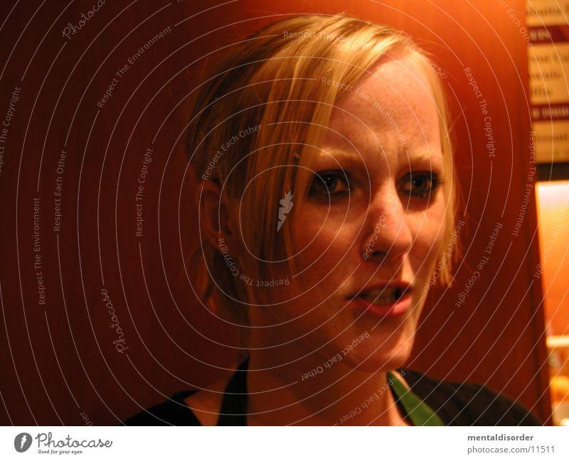 nein, nicht auf den Auslöser drücken Frau orange blond Überraschung Porträt