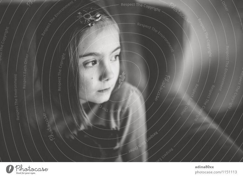 Warum? Einsamkeit Mädchen Traurigkeit Gefühle Tod Schule träumen Angst Kindheit beobachten bedrohlich einzigartig geheimnisvoll Trauer Bildung Schmerz