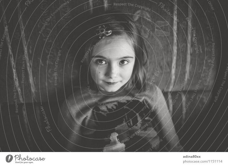 Nachdenklich Kindererziehung Bildung Schule Mädchen Kindheit beobachten Blick träumen Traurigkeit trist Menschlichkeit achtsam ruhig Neugier Einsamkeit Fürsorge
