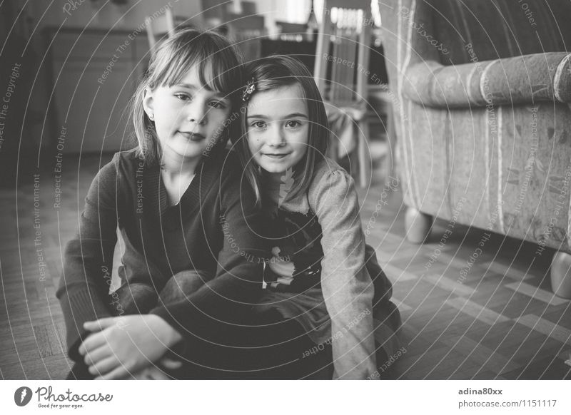 Freundinnen schön Mädchen Spielen Familie & Verwandtschaft Zusammensein Freundschaft Freizeit & Hobby Kindheit retro geheimnisvoll Vergangenheit Zusammenhalt