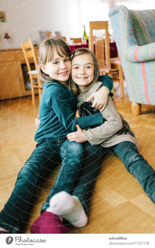 Versöhnung Kindererziehung Bildung Mädchen Geschwister Schwester Freundschaft Kindheit Umarmen Zusammensein Glück Lebensfreude Akzeptanz Geborgenheit Sympathie