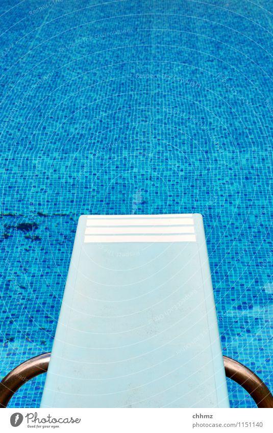 Mit Anlauf blau Wasser Sport Schwimmen & Baden Freizeit & Hobby springen Metall nass Wellness Schwimmbad Mut Fliesen u. Kacheln Sprungbrett Sportstätten