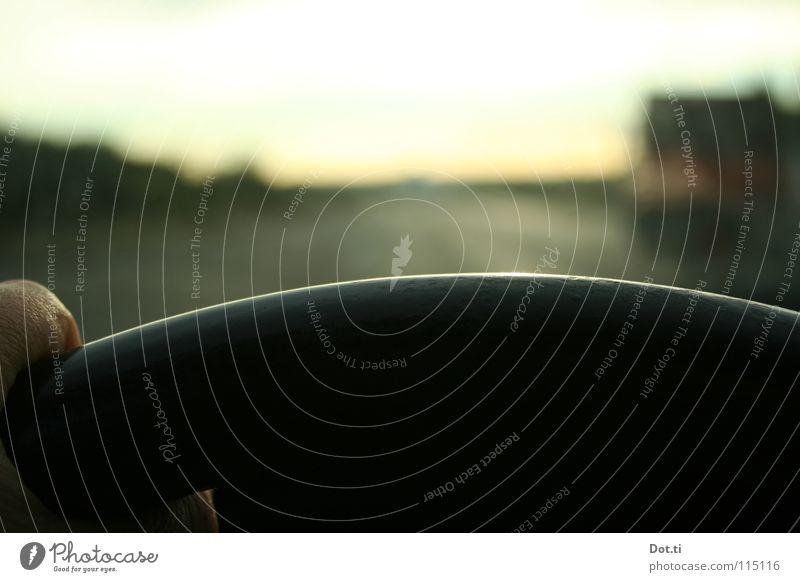 Mittelspurschleicherin Mensch Hand Straße Freiheit PKW Verkehr Finger Geschwindigkeit fahren Konzentration Autobahn Autofahren unterwegs Verkehrsmittel Fahrer