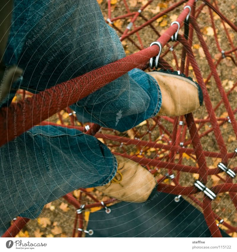 Klettermaxe Freude Spielen Bewegung Beine Zufriedenheit Schuhe hoch Seil Klettern Gipfel Nostalgie Erinnerung Spielplatz Baugerüst toben Sandkasten