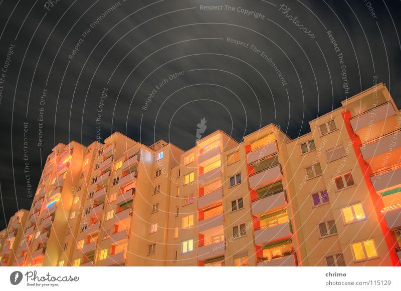 Energiesparer Fenster Fassade Haus Hochhaus mehrfarbig Licht Nacht Balkon Gebäude Stimmung Physik kalt dunkel Stil Lampe Stadt Himmel Häusliches Leben hoch