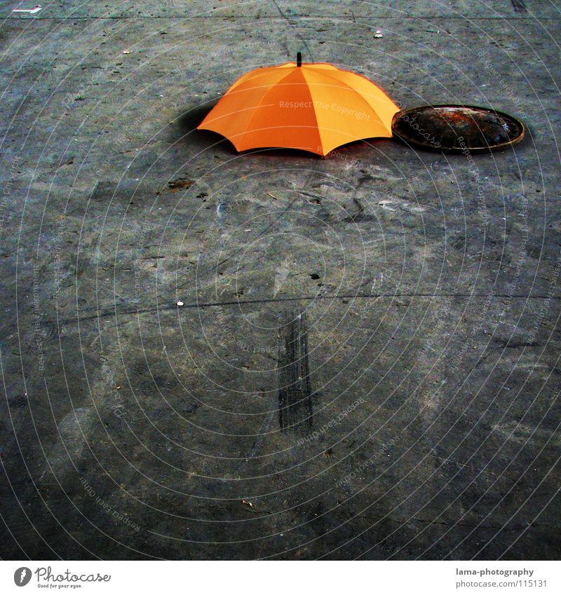 Zugedeckelt alt Wolken Farbe Lampe grau Regen hell orange dreckig planen Beton Industrie trist Dach Bodenbelag Schutz