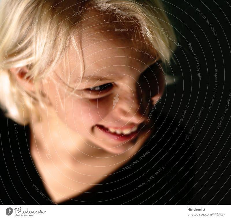Leah [2] schön Freundlichkeit süß dunkel schwarz kraus Pullover Schlüsselbein durcheinander Haarsträhne Scheitel wellig Lachfalte Licht blond Augenbraue