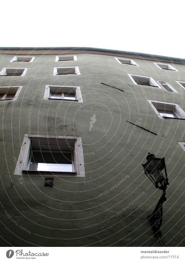 wenn man keine Wasserwaage hat Himmel grün Haus Fenster Architektur Laterne