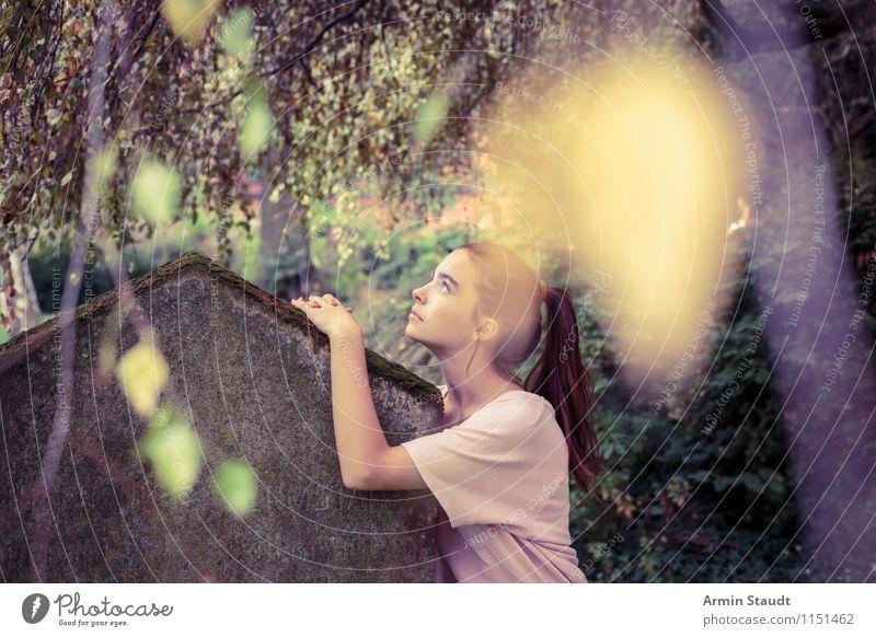 Porträt - Grabstein Mensch Frau Kind Natur Jugendliche schön Sommer Junge Frau Einsamkeit ruhig dunkel Erwachsene Traurigkeit Gefühle feminin Stimmung