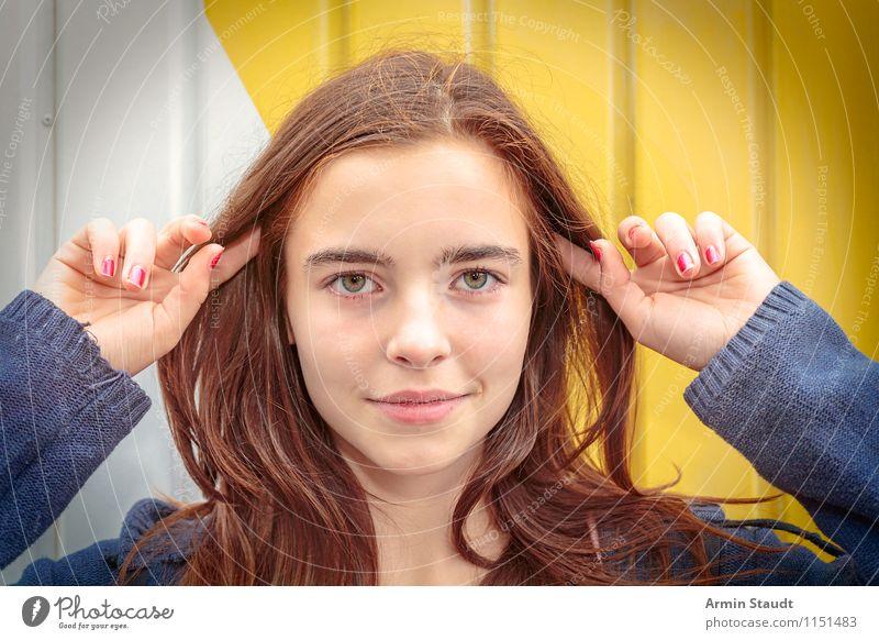 Fingerzeig Mensch Frau Kind Jugendliche schön Sommer weiß Junge Frau Erwachsene gelb Wand feminin Mauer Haare & Frisuren Lifestyle frisch