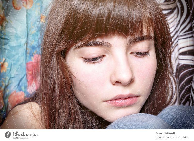 Neulich im Kleiderschrank XII Mensch Frau Kind Jugendliche schön Junge Frau Einsamkeit Gesicht Erwachsene Traurigkeit Gefühle Beleuchtung feminin Stil Lifestyle