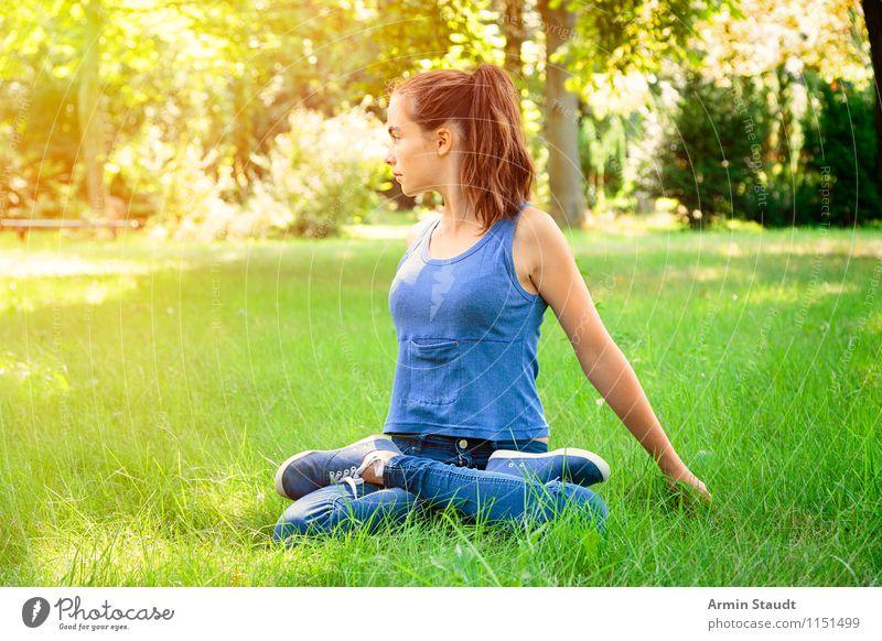 Yoga Mensch Frau Kind Natur Jugendliche blau schön grün Sommer Junge Frau Erholung Erwachsene Leben Gefühle Frühling Wiese