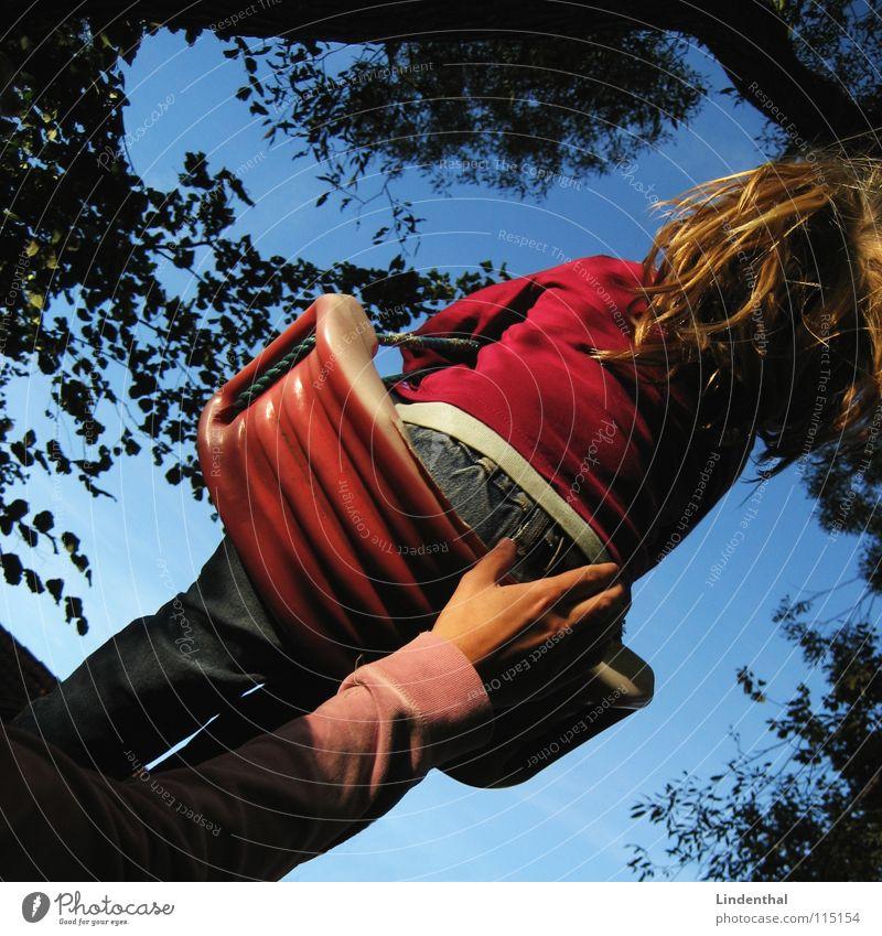 SWING Kind Spielen Baum Freude Schaukel Himmel hoch fun Glück Außenaufnahme