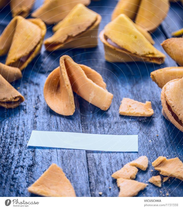 Geöffnete Glückskekse Stil Holz Design Schilder & Markierungen Ernährung Zukunft Zeichen Symbole & Metaphern Süßwaren Überraschung Restaurant Tradition Dessert